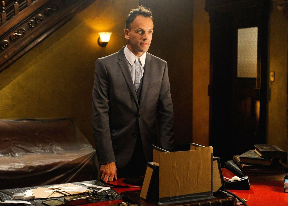 Als Sherlock Holmes (Jonny Lee Miller) überraschend aus London zurückkehrt, gibt er seiner ehemaligen Partnerin einen wichtigen Hinweis ... - Bildquelle: CBS Television