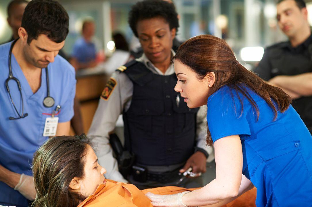 Kann Alex (Erica Durance, r.) der aggressiven Lily (Dayle McLeod, l.) helfen? - Bildquelle: 2012  Hope Zee One Inc.