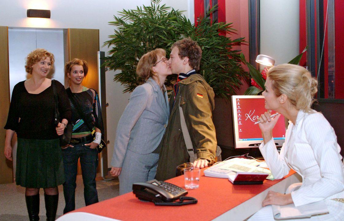 Während Agnes (Susanne Szell, l.) und Hannah (Laura Osswald, 2.v.l.) gerührt die küssenden Lisa (Alexandra Neldel, M.) und Jürgen (Oliver Bokern, 2.... - Bildquelle: Monika Schürle Sat.1