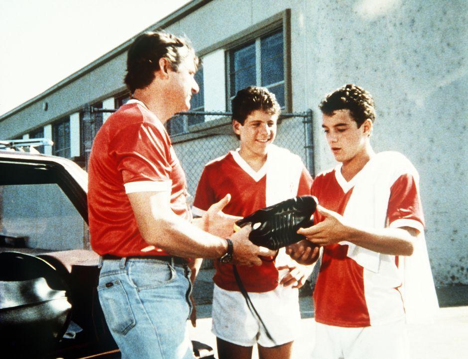 Richard (James Whitmore Jr., l.), der Trainer der Fußballmannschaft, schenkt Larry (K.C. Martel, r.) ein paar neue Fußballschuhe. - Bildquelle: Worldvision Enterprises, Inc.