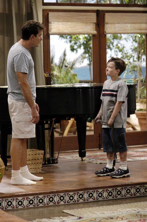 Im Chaos: Charlie (Charlie Sheen, l.) und Jake (Angust T. Jones, r.) ... - Bildquelle: Warner Brothers Entertainment Inc.