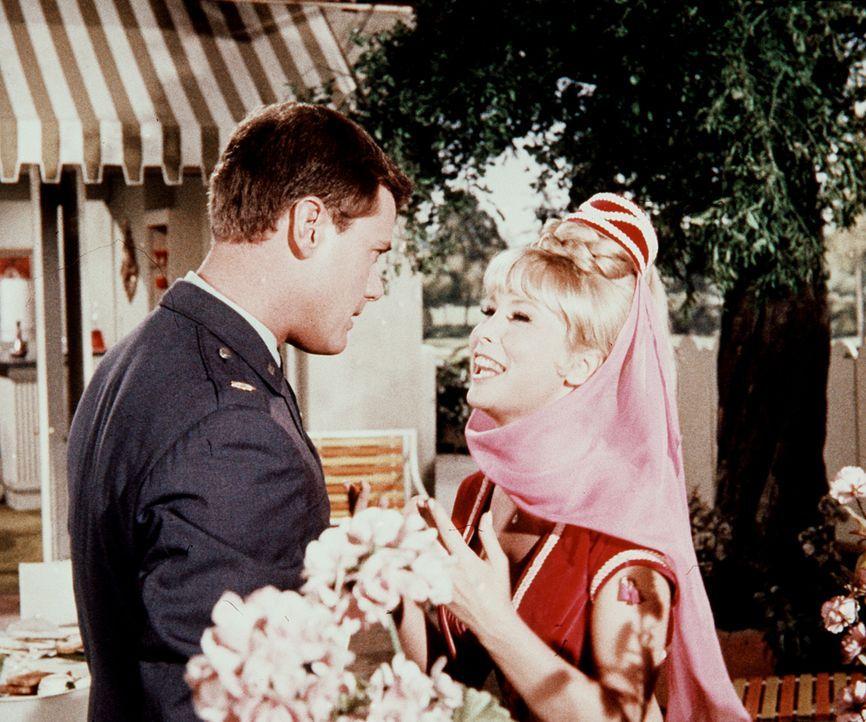 Vor seinem großen Fernsehauftritt muss Jeannie (Barbara Eden, r.) Tony (Larry Hagman, l.) versprechen, ihn nie wieder wie Caruso singen zu lassen. - Bildquelle: Columbia Pictures
