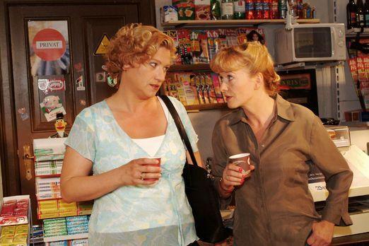 Verliebt in Berlin - Agnes (Susanne Szell, l.) findet bei Helga (Ulrike Mai,...