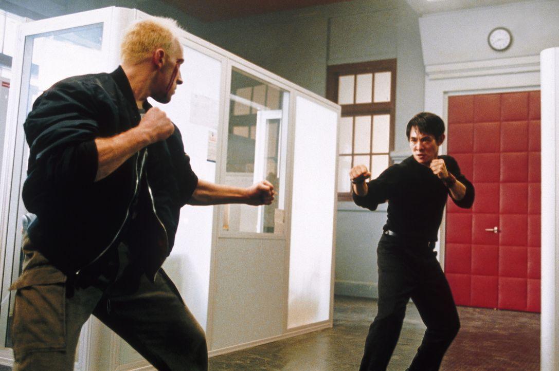 Um seine hemmungslosen Gegner auszuschalten, muss Undercover-Cop Liu Jian (Jet Li, r.) auf seine zahlreichen Tricks als Martial-Arts-Spezialist zurü... - Bildquelle: Tobis StudioCanal