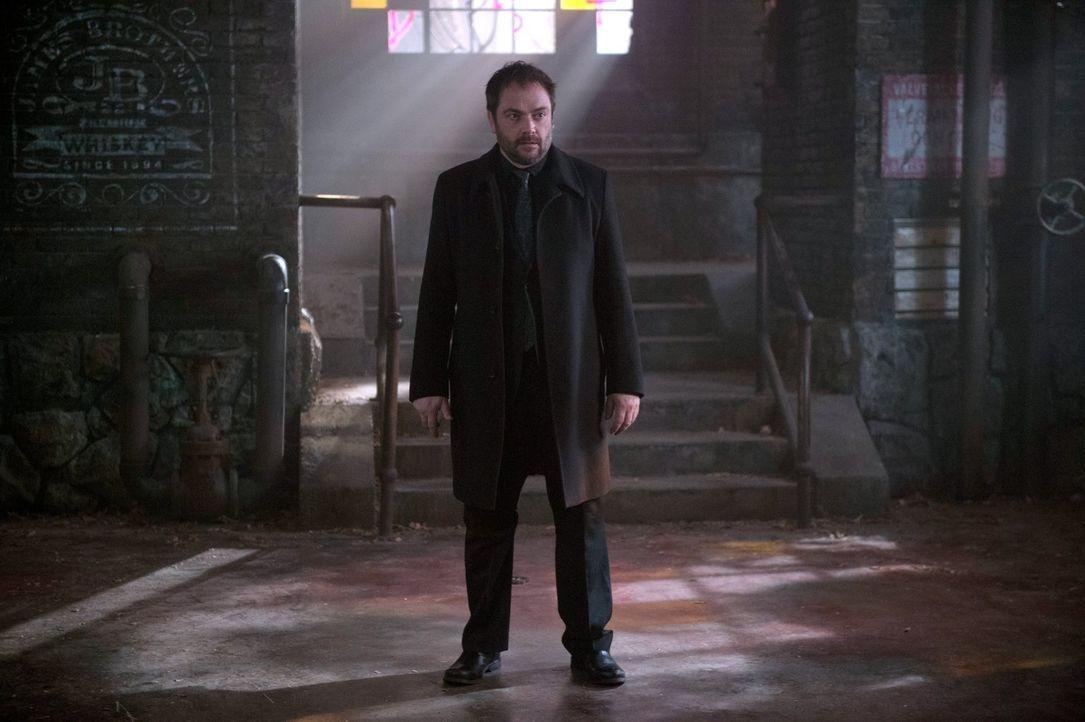 Als Crowley (Mark Sheppard) in die Hölle zurückkehrt, muss er erkennen, dass die Rückkehr der Finsternis auch bei seinen Untertanen nicht unbeachtet... - Bildquelle: 2014 Warner Brothers