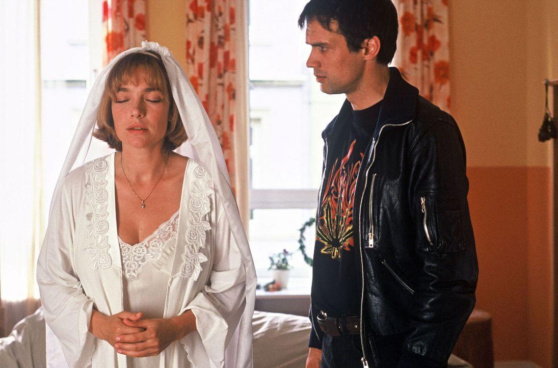 Amelie Schröder (Aglaia Szyszkowitz, l.) will nur eins: ihren Angebeteten Ben (Ralf Bauer, r.) heiraten. - Bildquelle: Krumwiede Sat.1