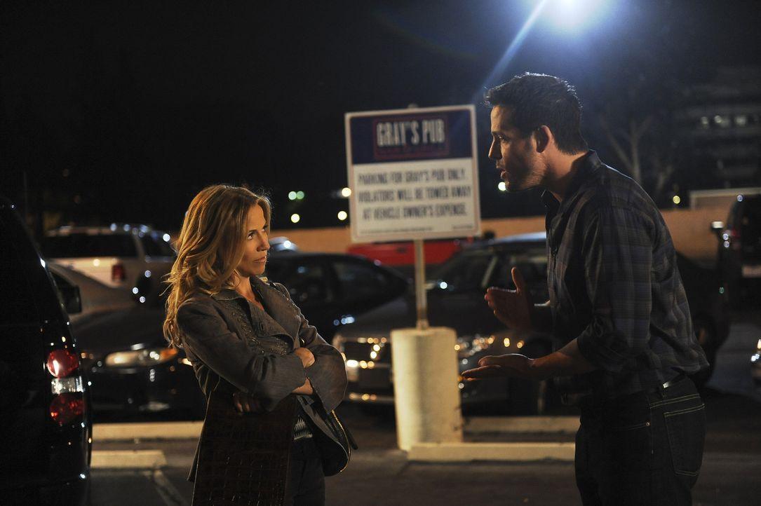 Grayson (Josh Hopkins, r.) lernt Sara (Sheryl Crow, l.), eine Weinhändlerin, kennen und verabredet sich mit ihr - doch das Date verläuft völlig a... - Bildquelle: 2009 ABC INC.