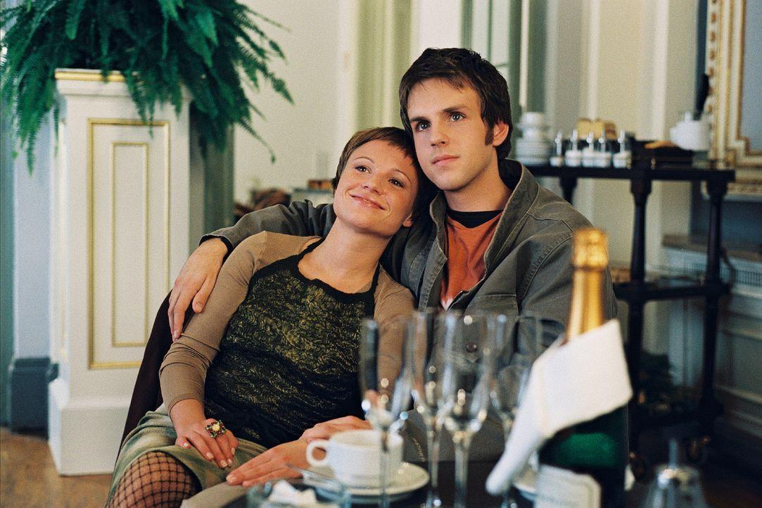 Jettes Sohn Bennie (Maximilian Haas, r.) hat sich in Marios Tochter Maria (Daniela Preuß, l.) verliebt. - Bildquelle: Krumwiede Sat.1
