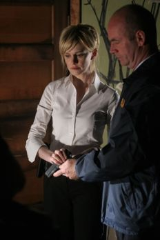 Cold Case - Lt. John Stillman (John Finn, r.) hilft Det. Lilly Rush (Kathryn...