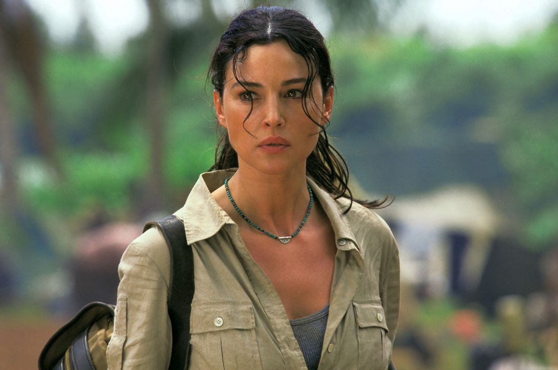 Seit vielen Jahren leitet Lena Kendricks (Monica Bellucci) ein Dschungellazarett in Nigeria. Da bricht in dem armen Land ein mörderischer Bürgerkr... - Bildquelle: 2004 Sony Pictures Television International. All Rights Reserved.