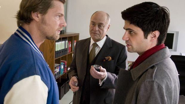 Während sich Mick (Henning Baum, l.) und Andreas (Maximilian Grill, r.) wegen...