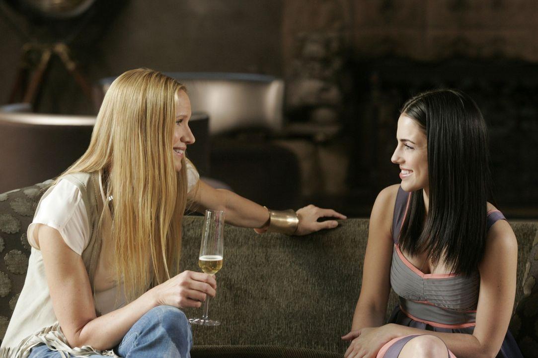 Aid (Jessica Lowndes, r.) wittert ihre große Chance als Laurel (Kelly Lynch, l.) ihr einen Plattenvertrag anbietet - doch ist sie dafür wirklich s... - Bildquelle: TM &   CBS Studios Inc. All Rights Reserved