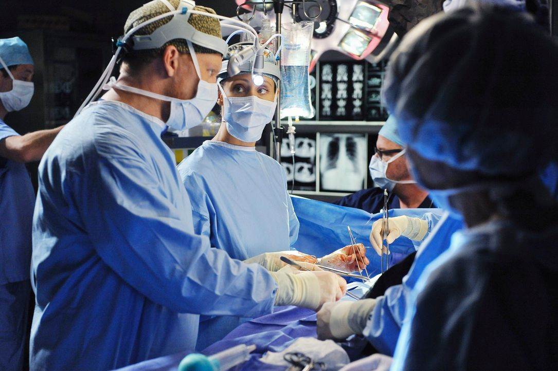 Während Cristina zusammengebrochen ist, kämpfen Owen (Kevin McKidd, l.) und Teddy (Kim Raver, r.) um das Leben einer Patientin ... - Bildquelle: ABC Studios