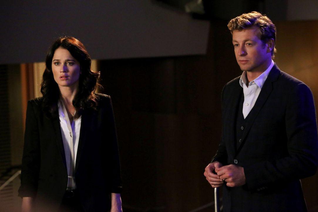 Ein neuer Fall beschäftigt Teresa (Robin Tunney, l.) und Patrick (Simon Baker, r.) ... - Bildquelle: Warner Bros. Television
