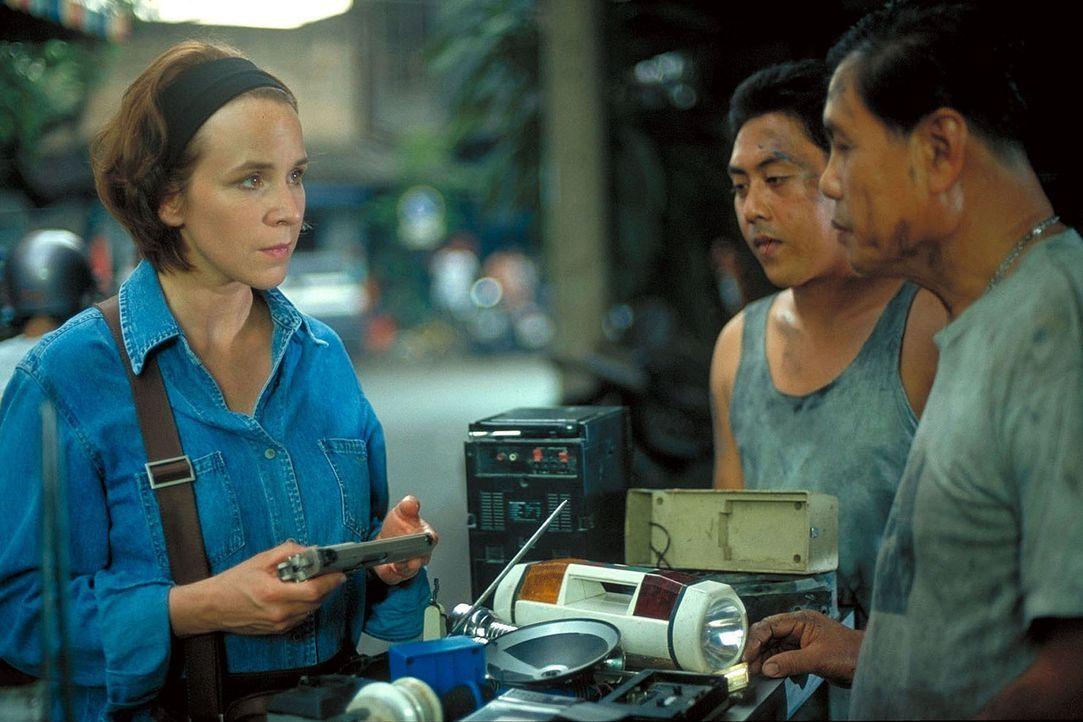 Melanies Entführer fordern von Jana (Bettina Kupfer, l.) und Sven, die Drogen und das Geld zurückzugeben - doch die Drogen im Wert von mehreren Mill... - Bildquelle: Manju Sawhney ProSieben