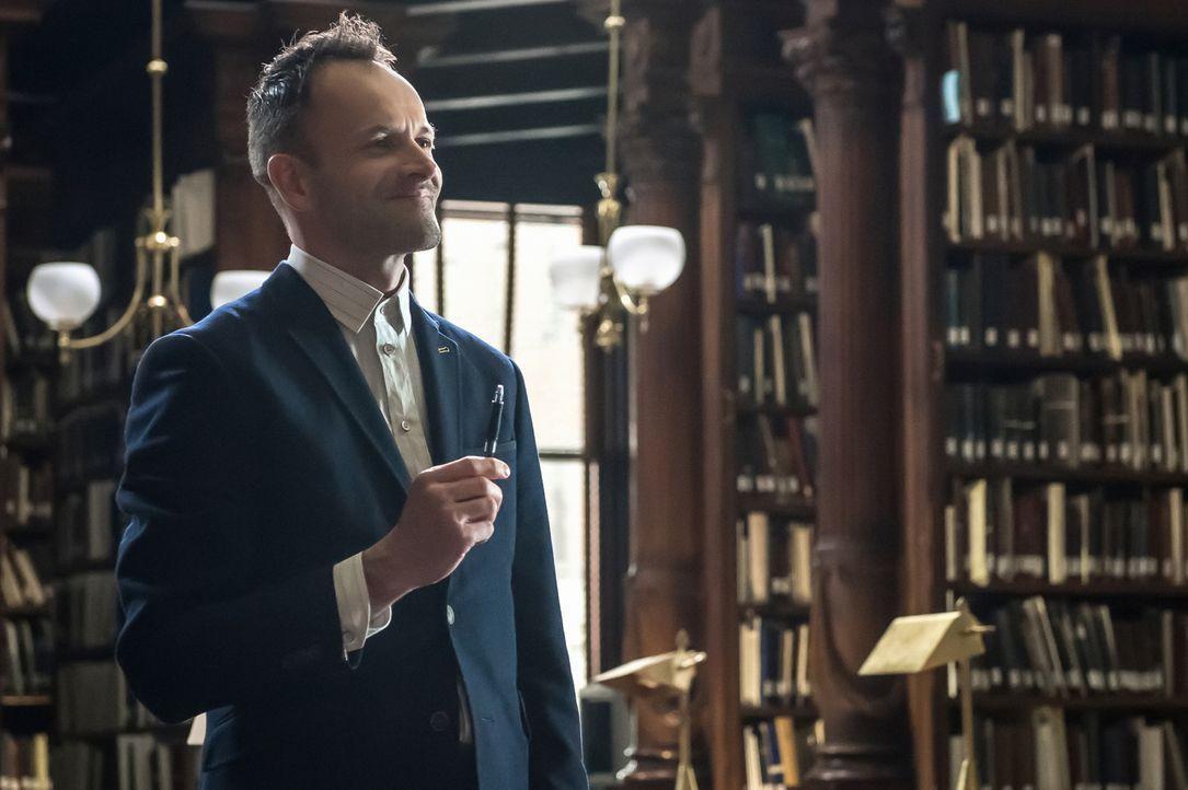 Sherlock (Jonny Lee Miller) ist dahintergekommen, dass sein Bruder Mycroft beim MI Six ausgeschaltet werden soll, und versteckt ihn daraufhin in ein... - Bildquelle: CBS Television
