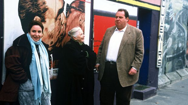 Sabrina (Katerina Jacob, l.), Resi (Ruth Drexel, M.) und Benno (Ottfried Fisc...