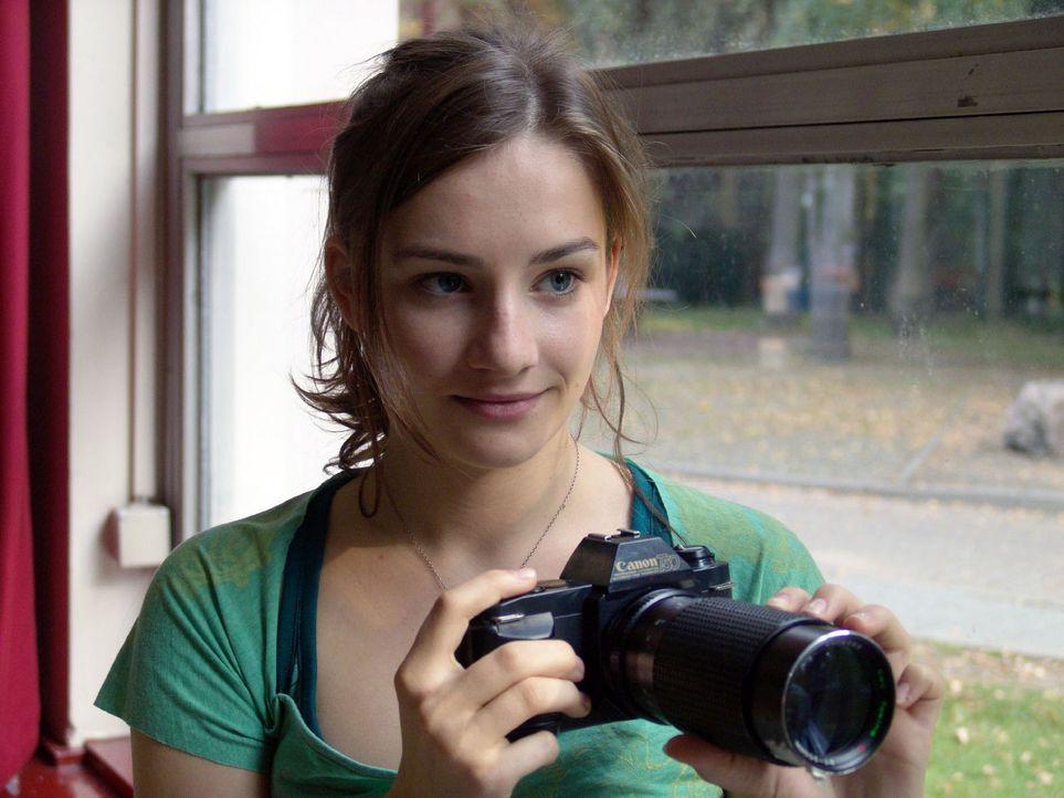 """Jessy (Karoline Teska) findet es unglaublich: Mädchenschwarm und """"Nachhilfeschüler"""" Sascha hat ihr Objektiv perfekt repariert, ohne auch nur den bla... - Bildquelle: Volker Roloff ProSieben"""