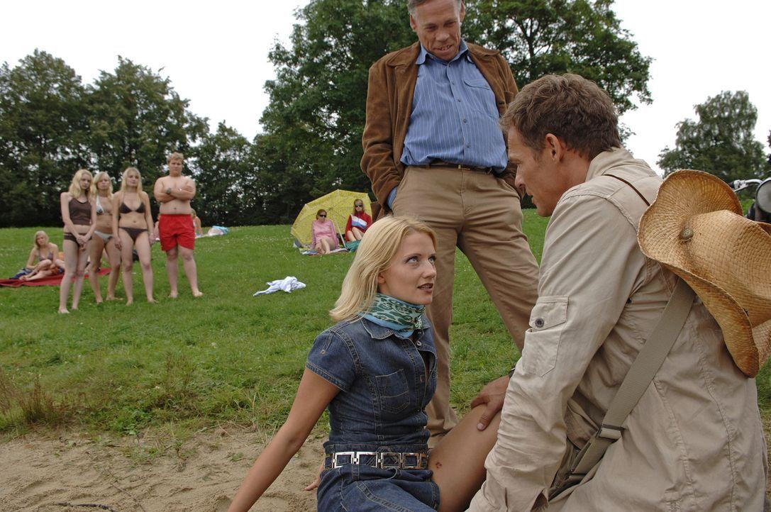 Hauptkommissar Schlegel (Klaus Stiglmeier, M.) ist der festen Überzeugung, dass er es bei Mitch (Christian Tramitz, r.) und Ann (Doreen Jacobi, l.)... - Bildquelle: Laurent Trümper ProSieben