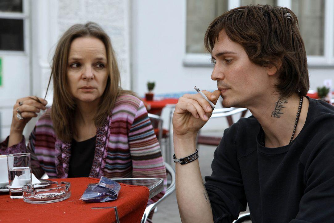 Gabriele Bauer (Sissy Höfferer, l.) hat ihren drogensüchtigen Sohn Robi (Christopher Scharf, l.) eigentlich schon aufgegeben. Da lacht dieser sich e... - Bildquelle: Petro Dominigg SAT.1