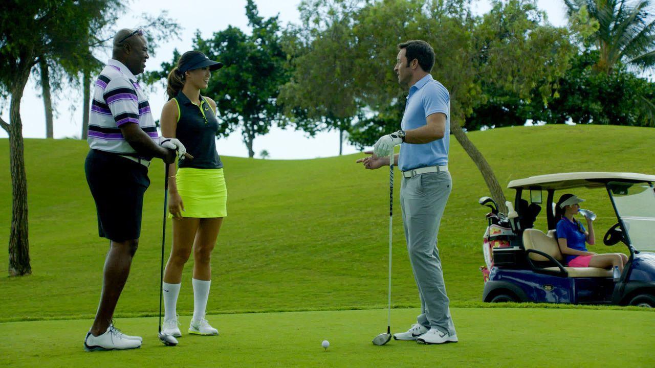 Lou (Chi McBride, l.) und Steve (Alex O'Loughlin, 2.v.r.) nehmen an einem Golf-Turnier für einen guten Zweck teil. Um sich dort nicht zu blamieren,... - Bildquelle: 2014 CBS Broadcasting Inc. All Rights Reserved.
