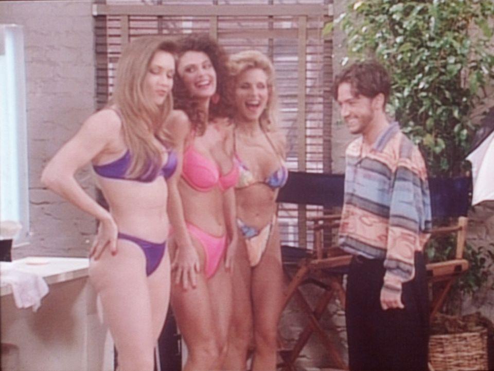 Bud (David Faustino, r.) begutachtet die Models, die mit seinem Vater für ein Herrenmagazin posieren sollen. - Bildquelle: Columbia Pictures