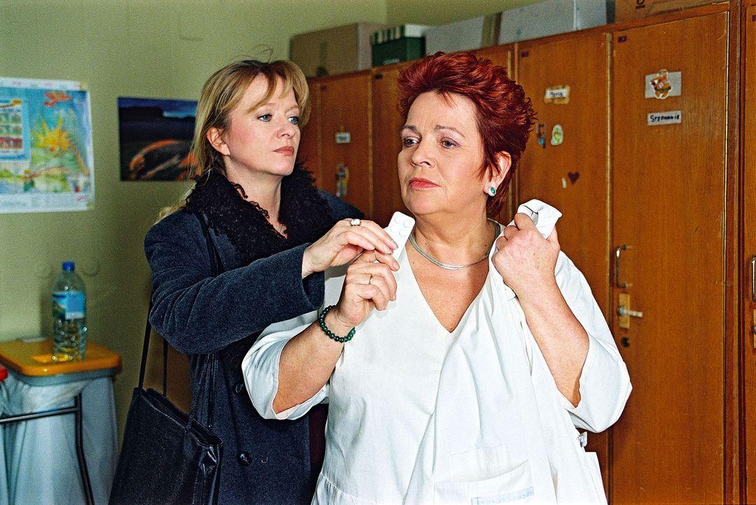 Schwester Elke (Ulrike Mai, l.) versucht die Enttäuschungen der letzten Zeit mit Tabletten in den Griff zu bekommen. Schwester Klara (Walfreide Schm... - Bildquelle: Noreen Flynn Sat.1