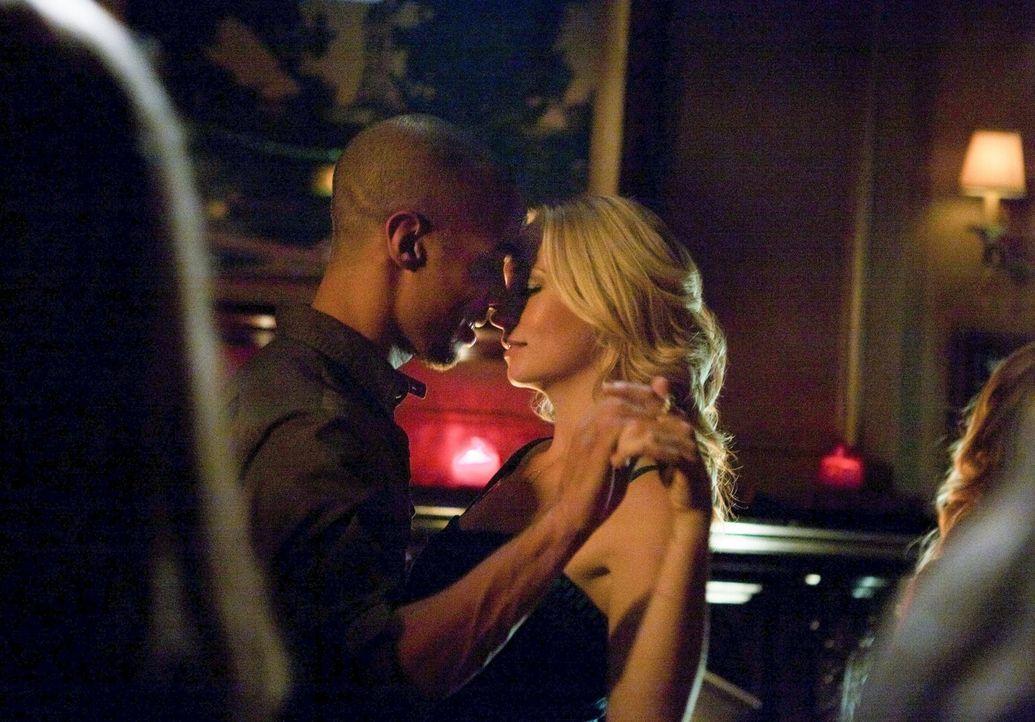 Caroline (Candice Accola, r.) macht sich Sorgen um Jesse (Kendrick Sampson, l.). Wird sie ihm helfen können? - Bildquelle: Warner Brothers