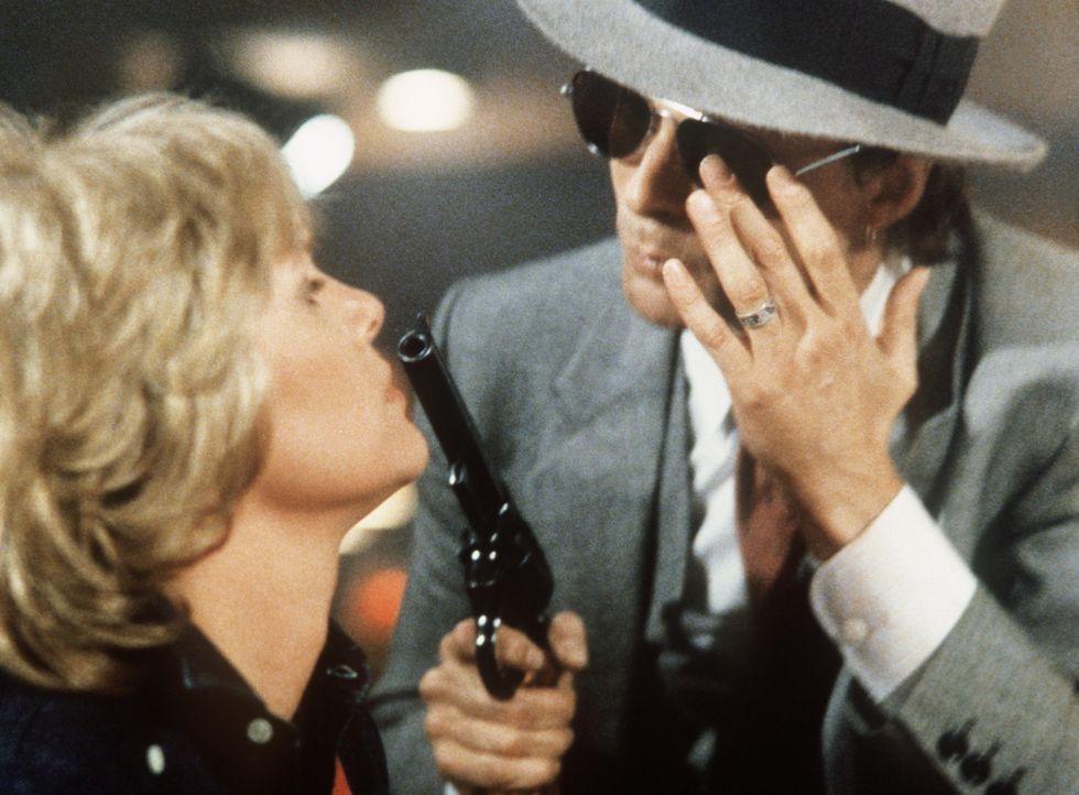 Cagney (Sharon Gless, l.) und ihre Kollegen werden in einem Lokal, in dem das gesamte 14. Revier Detective Petrie feiert, von einer Bande Gangster  - Bildquelle: ORION PICTURES CORPORATION. ALL RIGHTS RESERVED.