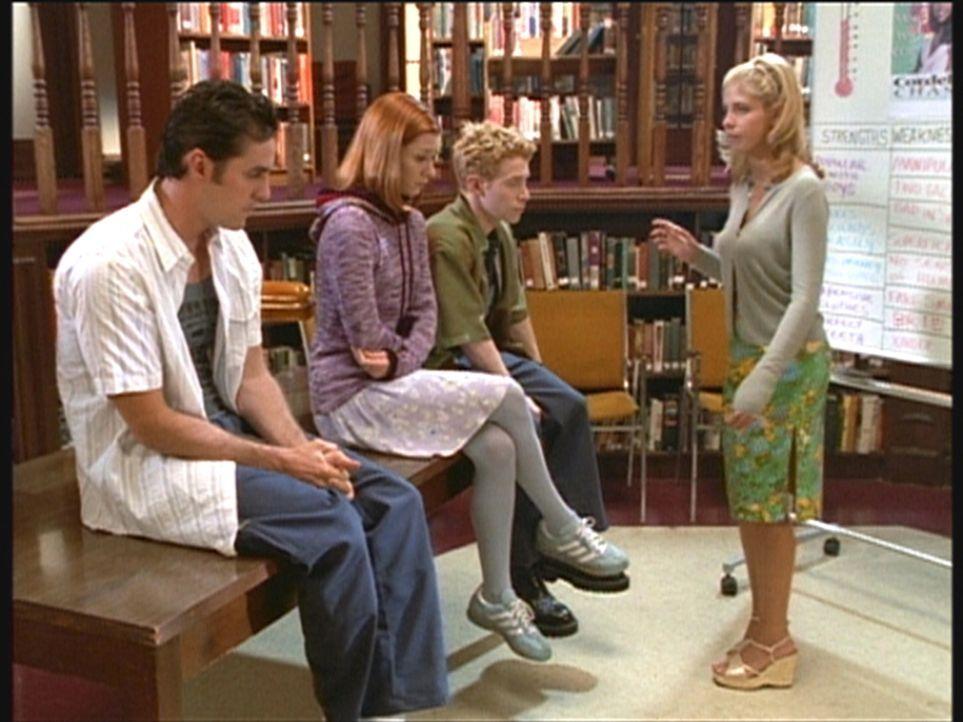 Als Wahlkampfhelfer versucht Buffy (Sarah Michelle Gellar, r.), ihre Freunde Xander (Nicholas Brendon, l.), Willow (Alyson Hannigan, 2.v.l.) und Oz... - Bildquelle: TM +   2000 Twentieth Century Fox Film Corporation. All Rights Reserved.