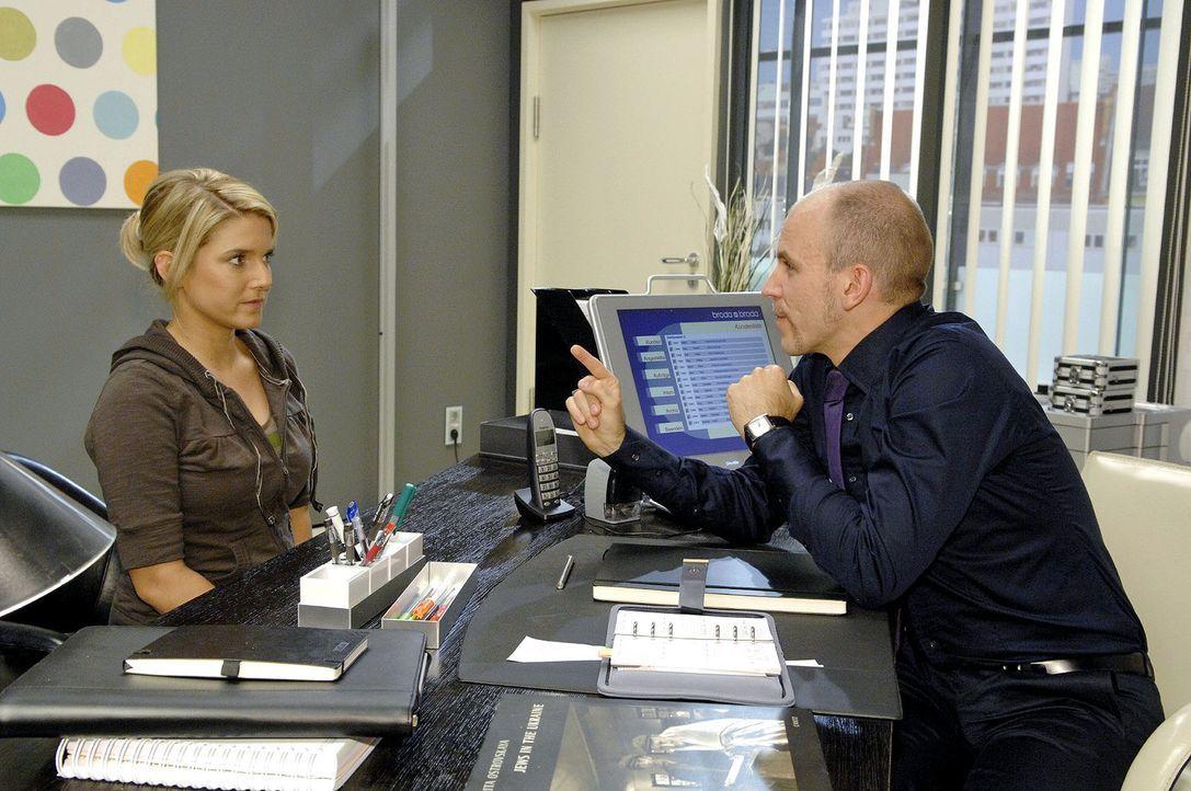 Gerrit (Lars Löllmann, r.) setzt Anna (Jeanette Biedermann, l.) mit einer unglaublichen Behauptung unter Druck ... - Bildquelle: Claudius Pflug Sat.1