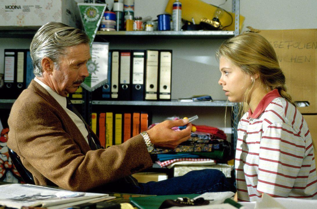 Der Kaufhausdetektiv Georg Teuchert (Volkert Kraeft, l.) hat Natalie (Anne Sophie Briest, r.) beim Klauen erwischt. Da er sich zu dem jungen Mädche... - Bildquelle: Sat.1