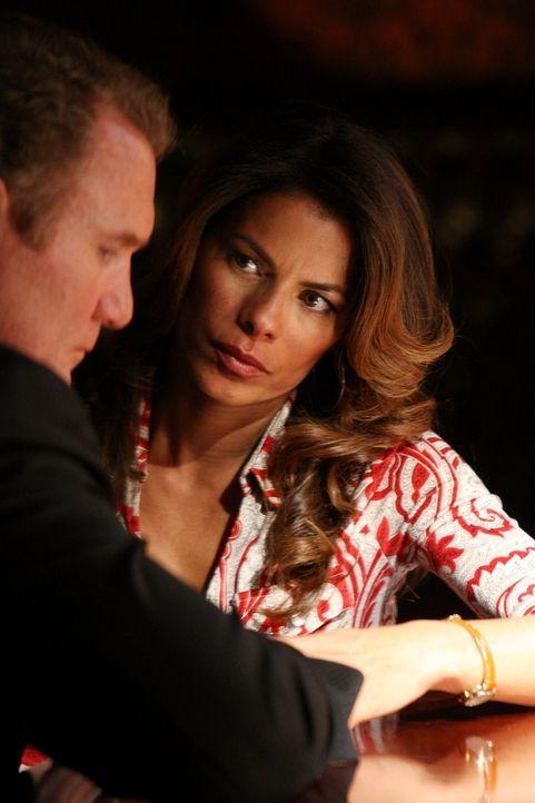 Detective Daniel Salinger (Michael McGrady, l.) hat eine Affäre mit der Reporterin Mia Sanchez (Lisa Vidal, r.), was für viele Leute kein Geheimnis... - Bildquelle: Warner Brothers