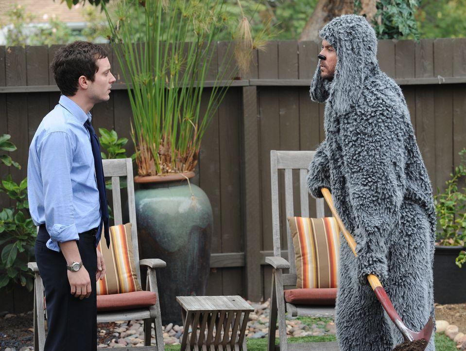 Immer wieder bringt Wilfred (Jason Gann, r.) den ehemaligen Anwalt Ryan Newman (Elijah Wood, l.) in Schwierigkeiten ... - Bildquelle: 2011 FX Networks, LLC. All rights reserved.