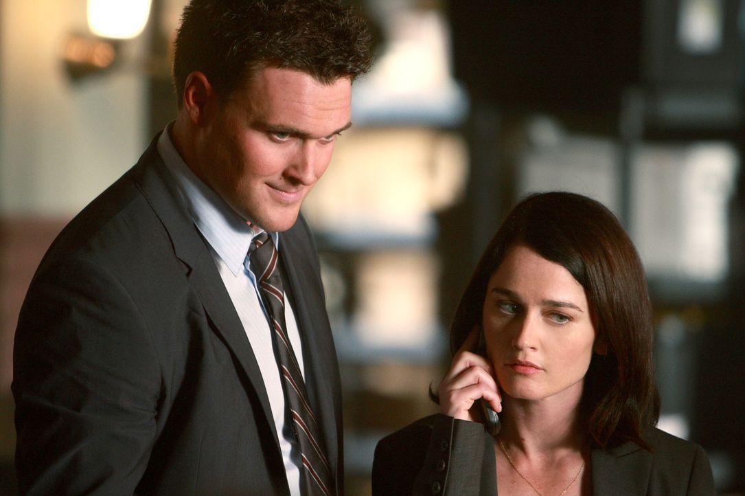 Können sie den Mordfall lösen?: Wayne Rigsby (Owain Yeoman, l.) und Teresa Lisbon (Robin Tunney, r.) ... - Bildquelle: Warner Bros. Television