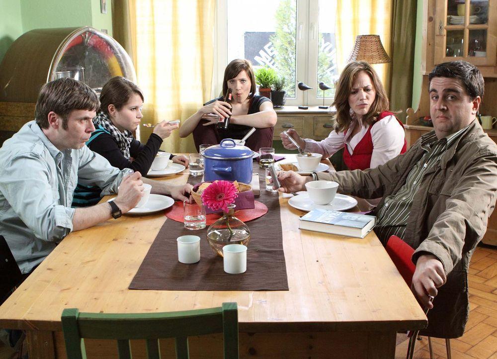 Familienidylle: Bastian (Bastian Pastewka, r.), Anne (Sonsee Neu, 2.v.r.), Svenja (Bettina Lamprecht, M.), Hagen (Matthias Matschke, l.) und Kim (Cr... - Bildquelle: SAT.1