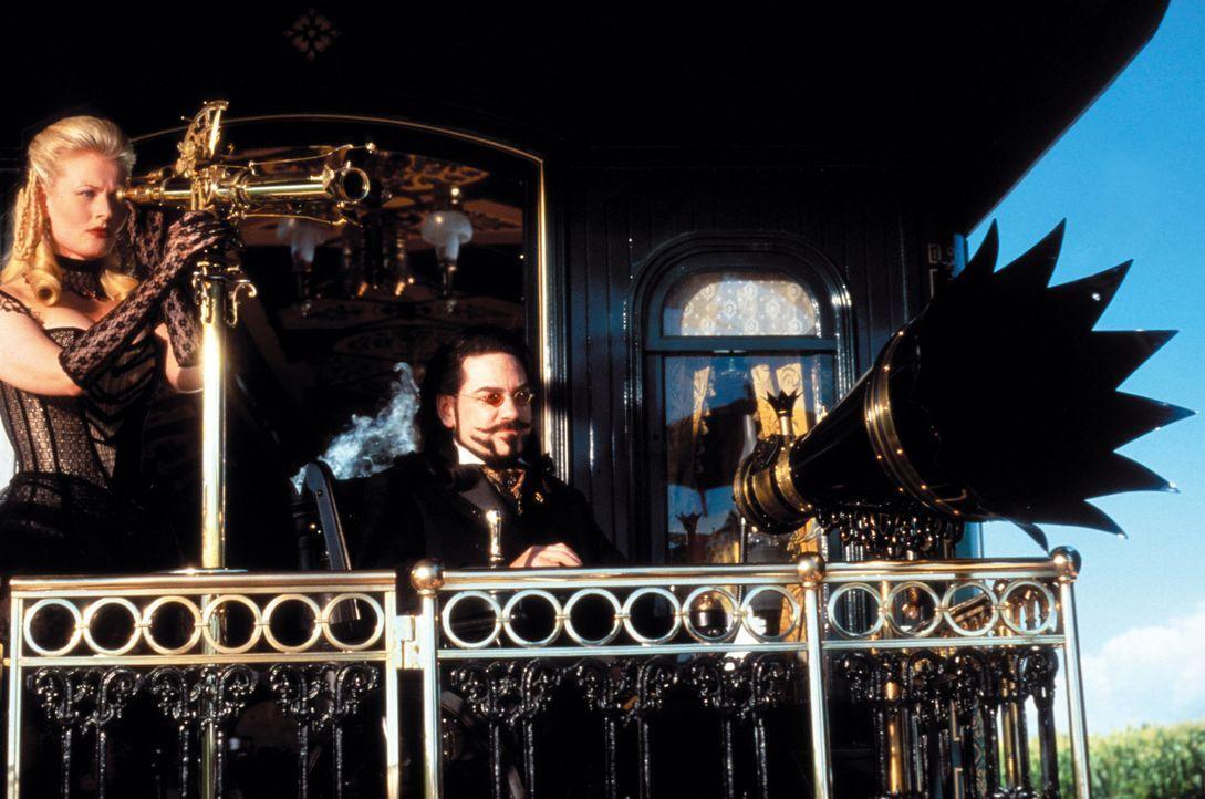 Bei der feierlichen Einweihung der ersten transkontinentalen Eisenbahnverbindung gelingt es dem bösen Dr. Arliss Loveless (Kenneth Branagh, r.) und... - Bildquelle: Warner Bros. Pictures