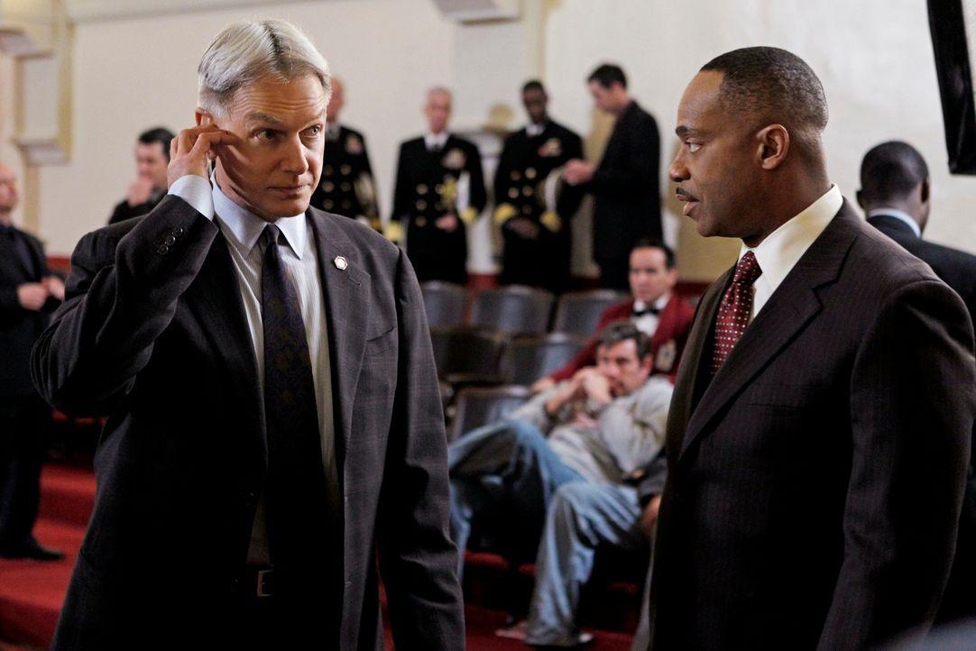 Hoffen, einen neuen Fall erfolgreich zu lösen: Gibss (Mark Harmon, l.) und Leon Vance (Rocky Carroll, r.) ... - Bildquelle: 2012 CBS Broadcasting Inc. All Rights Reserved.