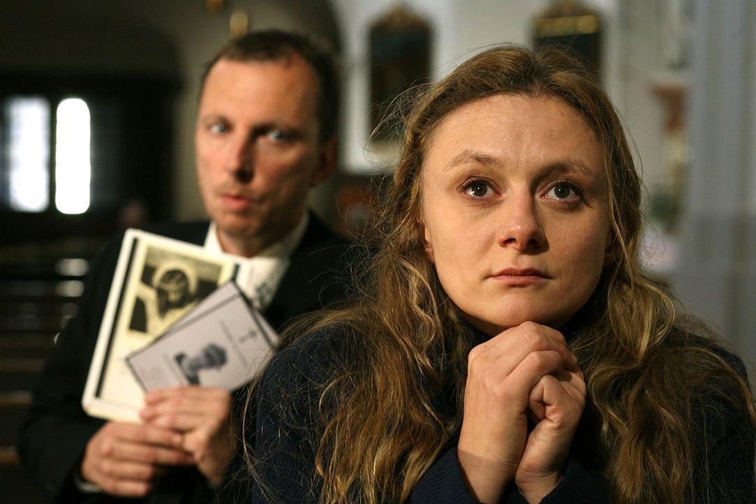 Fanny Feuereisen (Gerti Drassl, r.) trauert in der Kirche um ihre tote Mutter, wo der Messdiener Leopold Tscherne (Rainer Egger, l.) Postkarten mit... - Bildquelle: Petro Domenigg Sat.1