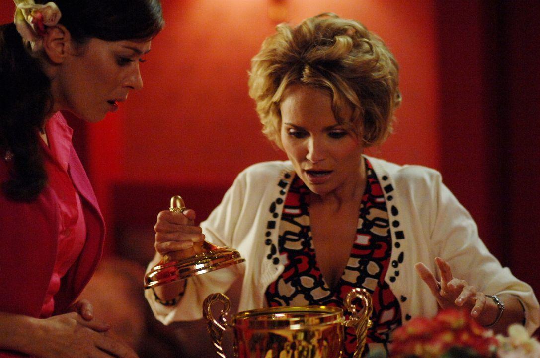 Sie können nicht glauben, was sie in dem Pokal finden: Olive (Kristin Chenoweth, r.) und Chuck (Anna Friel, l.) ringen um Fassung ... - Bildquelle: Warner Brothers