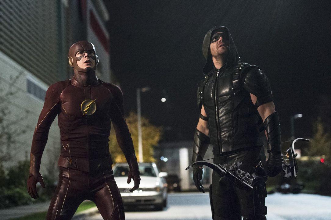 Haben Barry alias The Flash (Grant Gustin, l.) und Oliver alias Green Arrow (Stephen Amell, r.) eine Chance gegen einen mächtigen, uralten Kämpfer,... - Bildquelle: 2015 Warner Brothers.