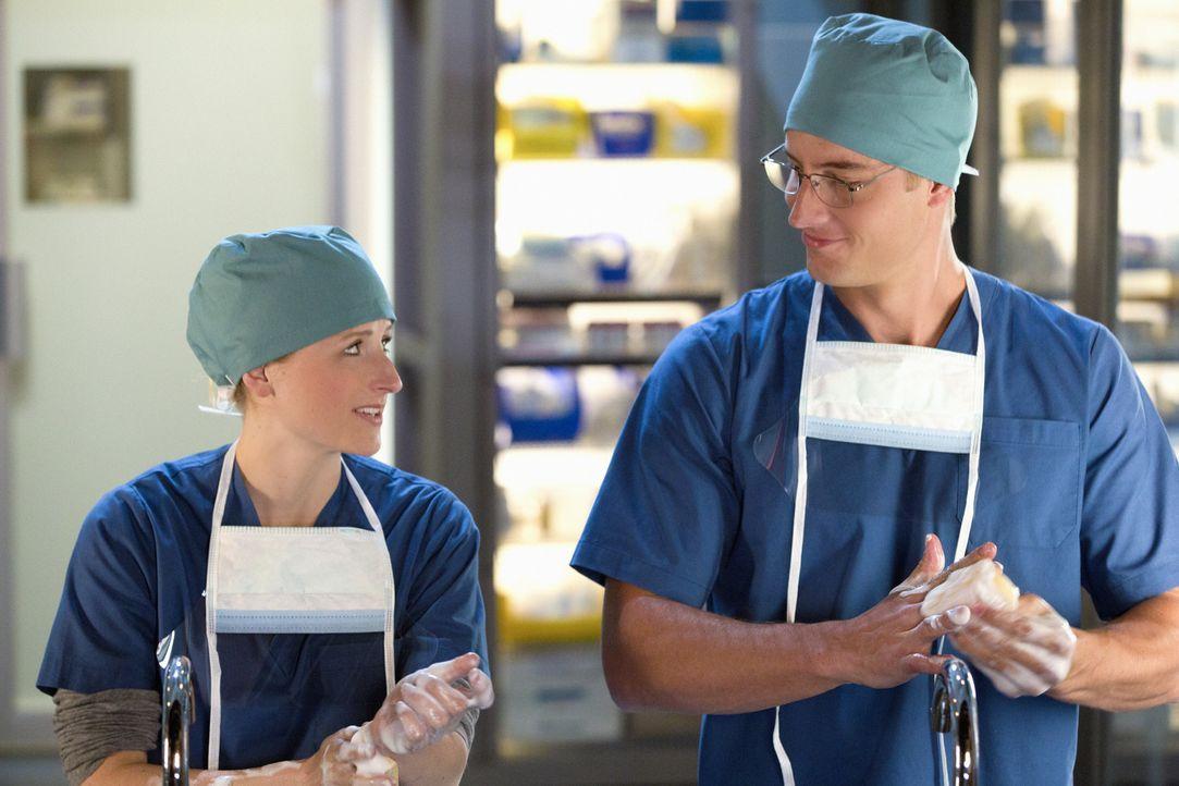 Emily (Mamie Gummer, l.) bittet Will (Justin Hartley, r.), sich von Cassandra fernzuhalten ... - Bildquelle: 2012 The CW Network, LLC. All rights reserved.