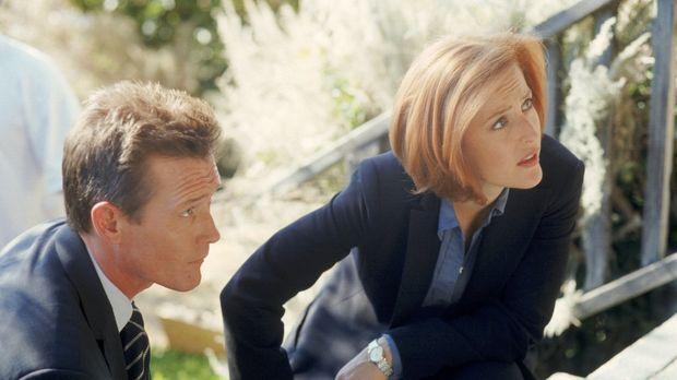 Doggett (Robert Patrick, l.) und Scully (Gillian Anderson, r.) haben es bei d...