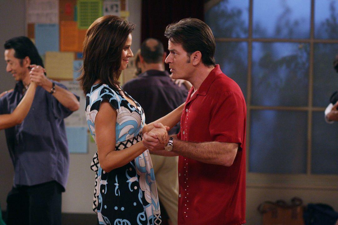 Evelyn rät Charlie (Charlie Sheen r.), der sich für sehr viel reicher als Chelsea (Jennifer Taylor, l.) hält, zu einem Ehevertrag. Er wundert sich,... - Bildquelle: Warner Brothers