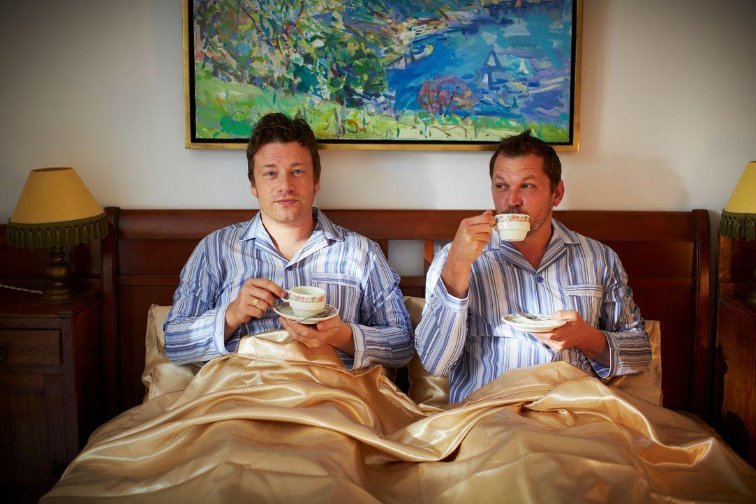 Ihre nächste Herausforderung wird das Dessert. Jamie (l.) und Jimmy (r.) wollen mit dem britischen Pudding sogar die Italiener ausstechen ... - Bildquelle: David Loftus David Loftus 2014