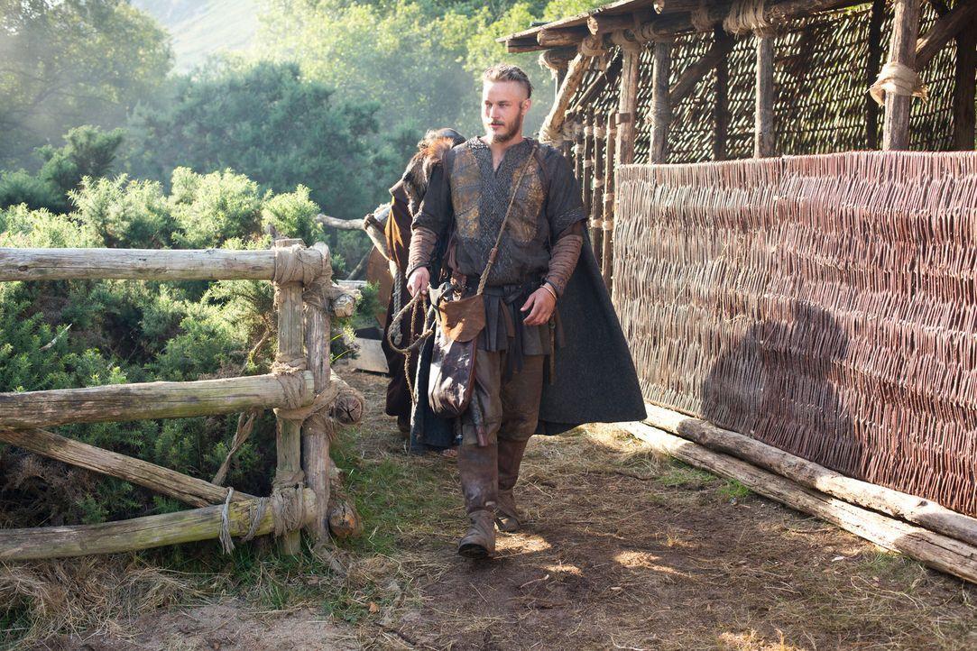 Horcht seinen Sklaven aus, um möglichst bald wieder in den Westen segeln zu können: Ragnar (Travis Fimmel) ... - Bildquelle: 2013 TM TELEVISION PRODUCTIONS LIMITED/T5 VIKINGS PRODUCTIONS INC. ALL RIGHTS RESERVED.