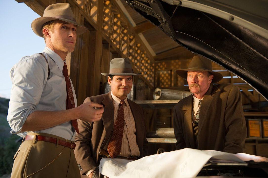 Versuchen alles, um den skrupellosen Mafiakönig aus dem Geschäft zu ziehen: das Geheimteam um Sgt. Jerry Wooters (Ryan Gosling, l.), Officer Navidad... - Bildquelle: Warner Brothers