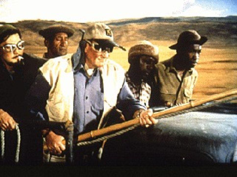 Tierfänger Sean Mercer (John Wayne, M.) ist mit Luis (Valentin de Vargas, l.) und Mitarbeitern der Momella-Farm in Tanganjika auf Fangexpedition ... - Bildquelle: Paramount Pictures