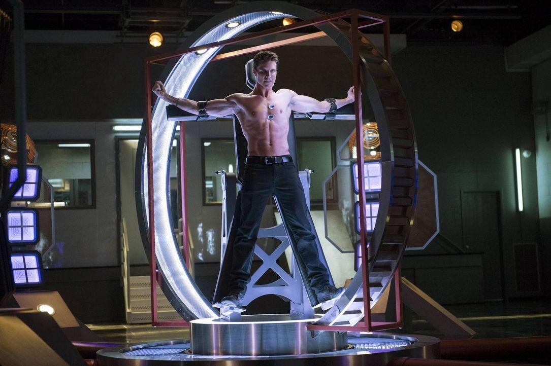 Die Maschine des Gründers kann Stephen (Robbie Amell) das Leben kosten oder das Leben eines geliebten Menschen retten ... - Bildquelle: Warner Bros. Entertainment, Inc