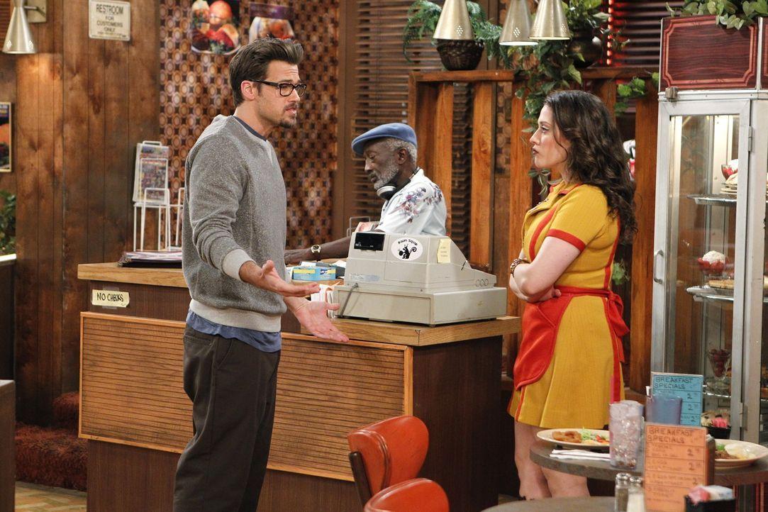 """""""Was hast du dazu zu sagen?"""" Max (Kat Dennings, r.) verlangt von Johnny (Nick Zano, l.) eine Erklärung, nachdem sie herausgefunden hat, dass er ihr... - Bildquelle: Warner Brothers"""
